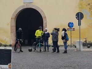 Militello alla porta di Peschiera chiede ai ciclisti: dov'è la partita del Cus?